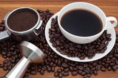 Kaffekoppen med portafilter och fifflar Arkivbild
