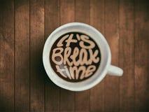Kaffekoppen med tidbokstäver, motivation citerar om tid och att vakna, det högra ögonblicket Realistiskt svart kaffe på brunt Arkivfoto