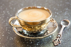 kaffekoppen mjölkar Arkivbild