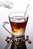 kaffekoppen mjölkar hällt Royaltyfri Foto