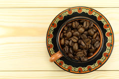 Kaffekorn i en kopp Arkivfoto