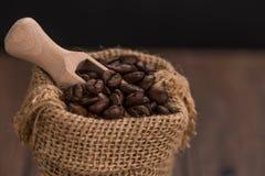Kaffekorn i en påse Arkivfoton