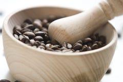 kaffekorn inom helt trä för mortel Royaltyfri Foto