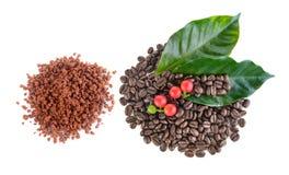Kaffekorn och ögonblickligt kaffe Royaltyfria Bilder