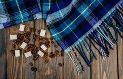 Kaffekorn och blå varm woolen hösthalsduk Arkivfoton