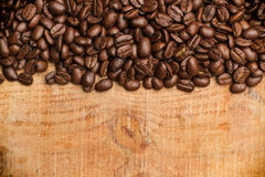 Kaffekorn på en trätabell Royaltyfri Bild