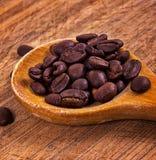 Kaffekorn på tabellen Arkivbilder