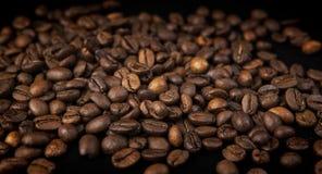 kaffekorn p? svart bakgrund royaltyfri bild