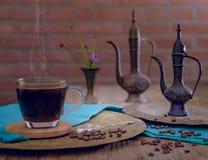 Kaffekruka, kaffeböna, en kopp kaffe Royaltyfria Bilder