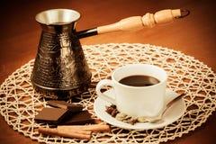 Kaffekruka, kopp kaffe, kryddor och choklad tappning för stil för illustrationlilja röd Arkivfoto
