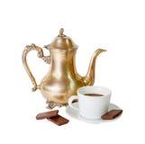 Kaffekruka, kopp kaffe och choklad som isoleras på vit Fotografering för Bildbyråer