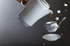Kaffekruka och kopp av nytt svart kaffe Arkivbilder