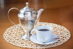 Kaffekruka och kopp kaffe Arkivbild