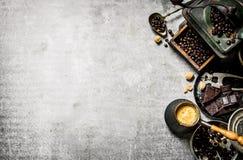 Kaffekruka och olika hjälpmedel Royaltyfri Bild