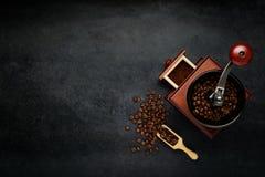 Kaffekvarn med bönor och kopieringsutrymme Arkivfoto