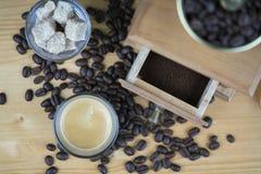 Kaffekvarn med espresso- och sockerkuber Royaltyfri Fotografi