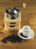 Kaffekvarn med kaffebönor Arkivbild