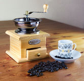Kaffekvarn med koppen kaffe Arkivbild