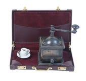 Kaffekvarn och kopp i en portfölj Royaltyfri Fotografi