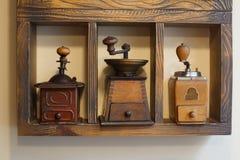 Kaffekvarnar bordlägger på Retro samling av kaffekvarnar royaltyfria bilder