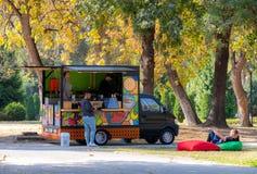 Kaffelastbilen parkerar in på solig dag royaltyfri fotografi