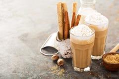 Kaffelatte eller cappuccino med kryddor Arkivfoto