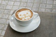 KaffeLattekonst som den gulliga björnen för valentin Arkivfoto