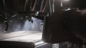 Kaffemaskin i coffee shop Slut som skjutas upp stock video