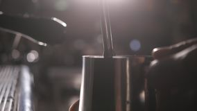 Kaffemaskin i coffee shop Slut som skjutas upp lager videofilmer