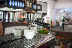 Kaffemaskin i interioren av cafen Arkivbild