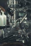 Kaffemaskin i tappningcoffee shop arkivfoto