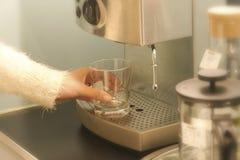 Kaffemaskin med closeupen för kaffekopp Royaltyfria Foton