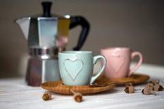 Kaffemaskin och två koppar kaffe Royaltyfri Foto