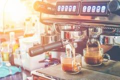 Kaffemaskin som fyller en kopp, kaffebryggare, varmt retro filter Royaltyfri Foto