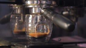 Kaffemaskin som fyller en kopp med varmt nytt kaffe Förberedelse av kaffe, slut upp stock video