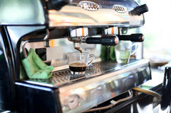 Kaffemaskin som gör ett nytt kaffe Fotografering för Bildbyråer