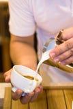 Kaffemaskinen förbereder espresso in till exponeringsglas Royaltyfria Bilder