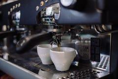Kaffemaskinen gör espresso Arkivfoto