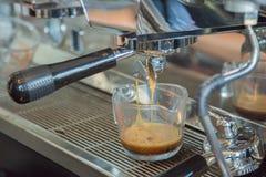 Kaffemaskinen gör kaffe Fotografering för Bildbyråer