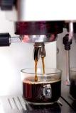 Kaffemaskinen gör kaffe Royaltyfria Bilder
