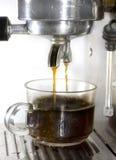 Kaffemaskinen gör kaffe nära övre Arkivfoto