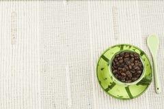 Kaffemenyn som förbereder drinkar, är, kaffe på en vit bordduk med koppen Royaltyfria Bilder