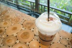 Kaffemocka in i ett plast- exponeringsglas Arkivbilder
