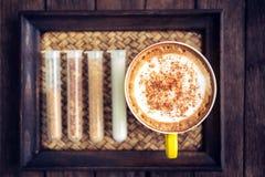 Kaffemocka som är varm på trätabellen Arkivfoton