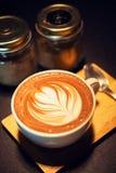 Kaffemocka som är varm på trätabellen Royaltyfria Foton