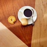 Kaffemorgon med kex på trätabellen Royaltyfria Bilder