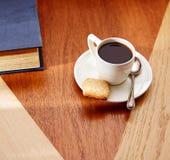 Kaffemorgon med kex på trätabellen Arkivfoto