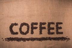 Kaffeord med kaffebönor fotografering för bildbyråer