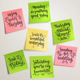 Kaffepappmuff Citationstecken för veckadagmotivation friday royaltyfri illustrationer