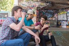 Kaffepratstund för tre grabbar royaltyfria foton